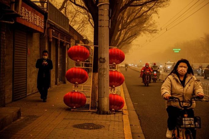 """Bão cát """"phủ bóng"""" thủ đô Trung Quốc, bầu trời chuyển màu cam - Ảnh 4."""