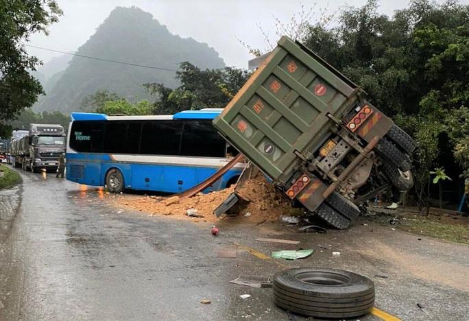 Ôtô khách đấu đầu xe tải trên đường Hồ Chí Minh, 3 người tử vong - Ảnh 1.