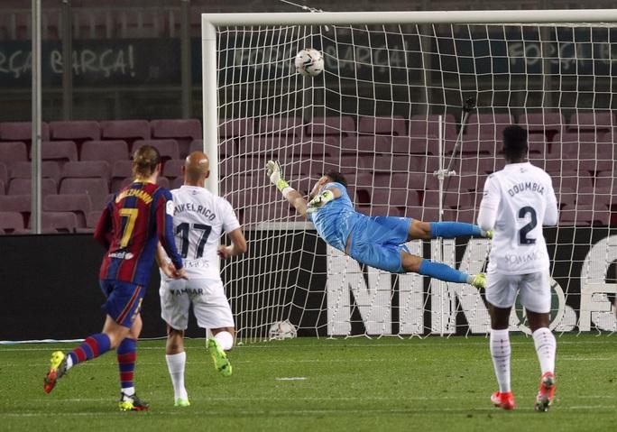 Messi và Griezmann tạo siêu phẩm, Barcelona vùi dập đội chót bảng Huesca  - Ảnh 3.