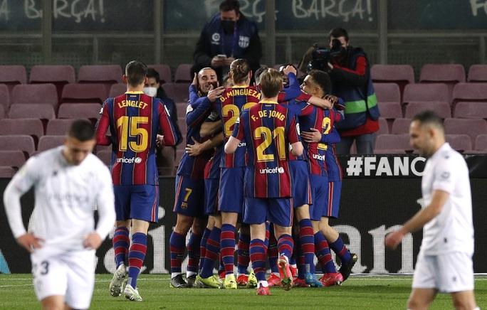Messi và Griezmann tạo siêu phẩm, Barcelona vùi dập đội chót bảng Huesca  - Ảnh 1.