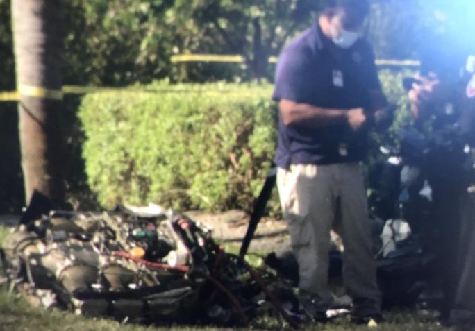 Kinh hoàng máy bay đâm vào xe hơi nổ thành quả cầu lửa - Ảnh 4.