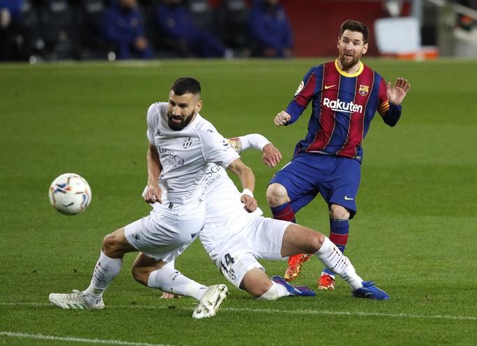 Messi và Griezmann tạo siêu phẩm, Barcelona vùi dập đội chót bảng Huesca  - Ảnh 2.