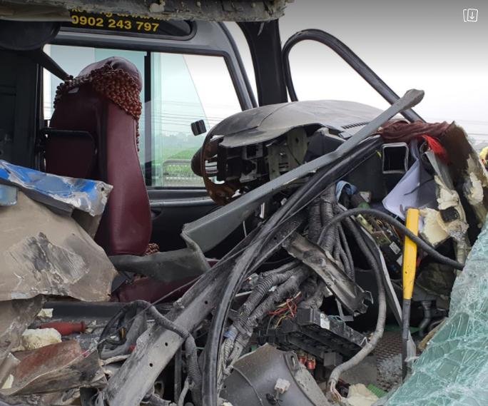 CLIP: Hiện trường vụ xe khách tông xe đầu kéo, 1 người chết, 20 người bị thương - Ảnh 4.
