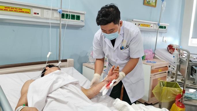 VIDEO: Bệnh viện 175 mổ khẩn cấp, nối 2 bàn tay bị cắt đứt lìa của hai thanh niên - Ảnh 1.