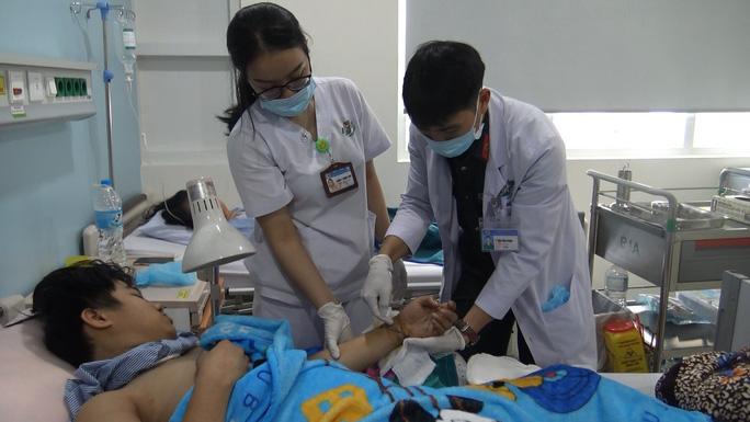 VIDEO: Bệnh viện 175 mổ khẩn cấp, nối 2 bàn tay bị cắt đứt lìa của hai thanh niên - Ảnh 2.