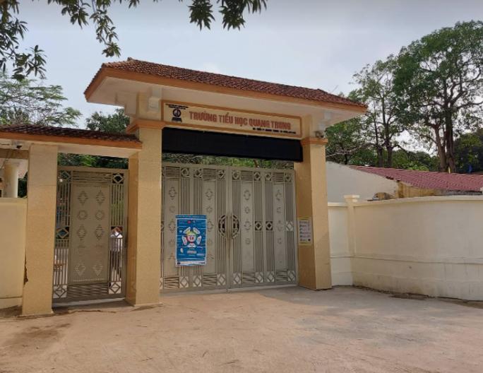 9 học sinh đau bụng, buồn nôn khi nhận đồ uống miễn phí trước cổng trường - Ảnh 1.