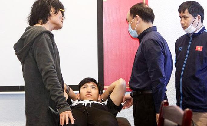 HLV Park Hang-seo lo chấn thương của Đoàn Văn Hậu, ngóng Đình Trọng trở lại - Ảnh 1.