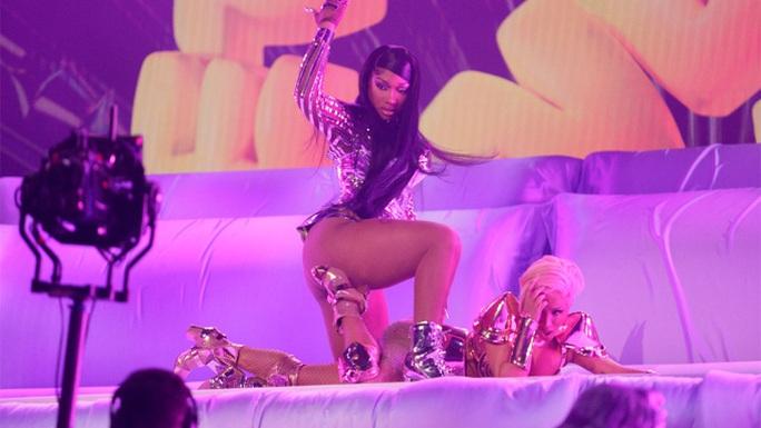 Nữ rapper Cardi B khẩu chiến kịch liệt vì bị chê trình diễn phản cảm - Ảnh 2.