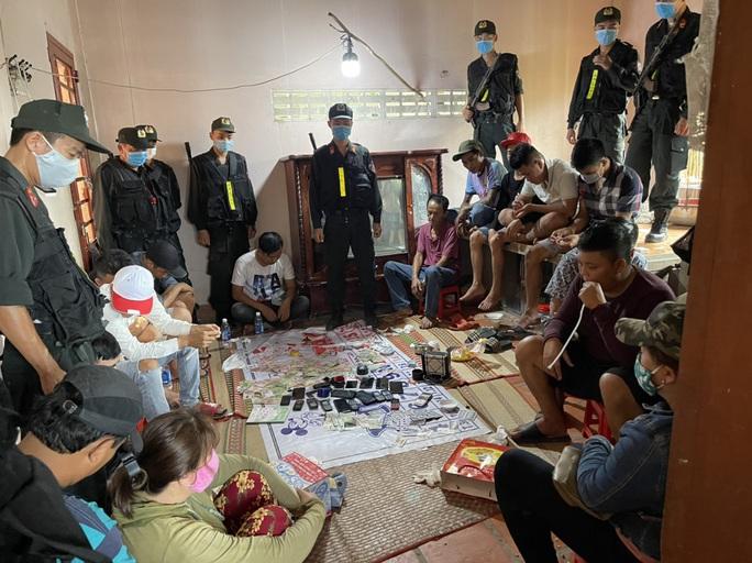 CLIP: Cảnh sát Cơ động đột kích vào nhà hoang, nhiều quý bà bị bắt - Ảnh 3.