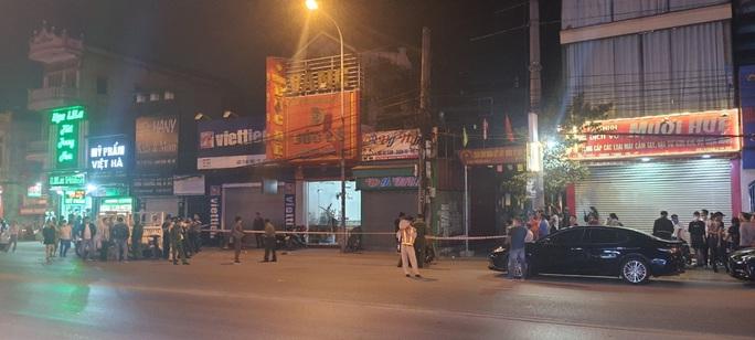 Truy bắt nam thanh niên ném mìn tự chế vào tiệm vàng, 1 người bị thương - Ảnh 1.
