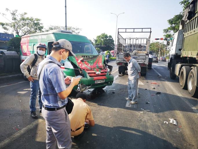 Tai nạn liên hoàn trên Quốc lộ 51, xe đầu kéo vắt qua dải phân cách - Ảnh 2.