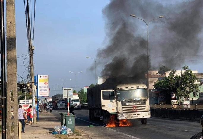 Quảng Nam: Xe tải đang chạy bỗng bốc cháy dữ dội - Ảnh 1.