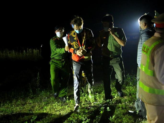 Lập chốt, chặn bắt 2 người Trung Quốc trốn khỏi khu cách ly tập trung Covid-19 trong đêm - Ảnh 1.