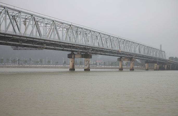 Để lại xe máy và thư tuyệt mệnh trên cầu, người đàn ông nhảy xuống sông tự tử - Ảnh 1.