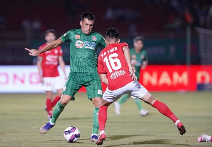 Lee Nguyễn lập công, CLB TP HCM thắng nghẹt thở ở phút bù giờ - Ảnh 2.