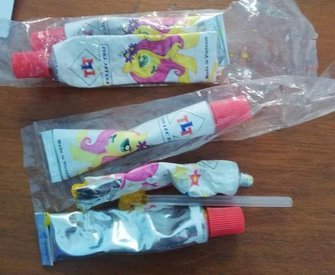 Thổi kẹo bong bóng, 3 học sinh nhập viện vì ngộ độc - Ảnh 2.