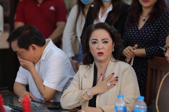 CLIP: Ông Võ Hoàng Yên nói gì trước những cáo buộc gay gắt của vợ ông Dũng lò vôi? - Ảnh 8.
