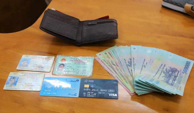 Một học sinh lớp 12 trả lại chiếc ví nhặt được có hàng trăm triệu đồng - Ảnh 3.