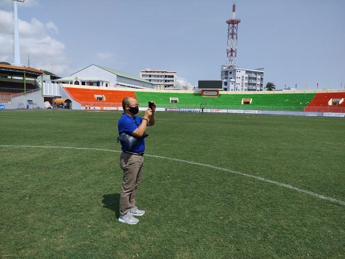 HLV Park Hang-seo bất ngờ kiểm tra chất lượng mặt cỏ sân Quy Nhơn - Ảnh 2.