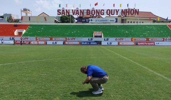 HLV Park Hang-seo bất ngờ kiểm tra chất lượng mặt cỏ sân Quy Nhơn - Ảnh 3.