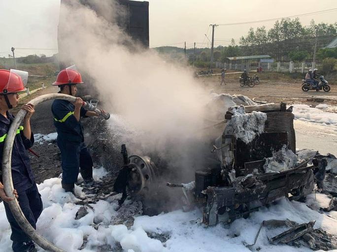 NÓNG: Tông rồi kéo lê xe máy 50 mét khiến 2 người thương vong, xe đầu kéo cháy rụi - Ảnh 2.