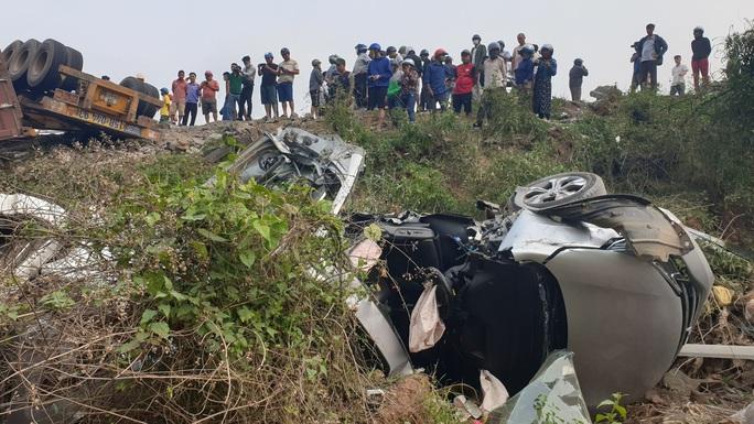 Kinh hoàng xe đầu kéo mất lái, lùa hàng loạt phương tiện khiến ít nhất 5 người bị thương - Ảnh 1.