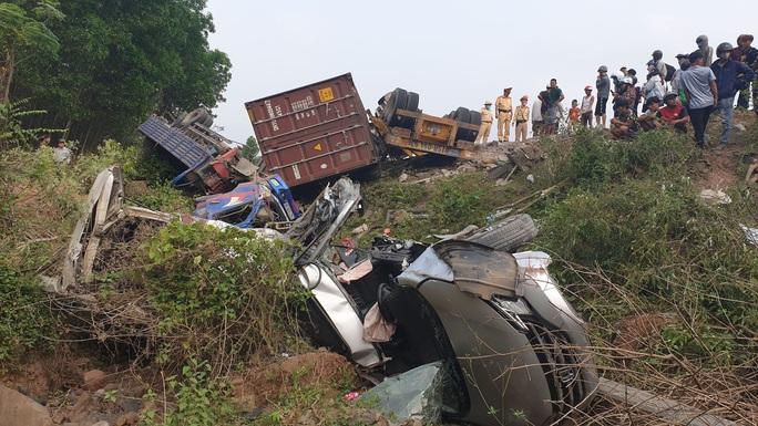 Kinh hoàng xe đầu kéo mất lái, lùa hàng loạt phương tiện khiến ít nhất 5 người bị thương - Ảnh 3.