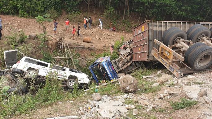 Kinh hoàng xe đầu kéo mất lái, lùa hàng loạt phương tiện khiến ít nhất 5 người bị thương - Ảnh 2.