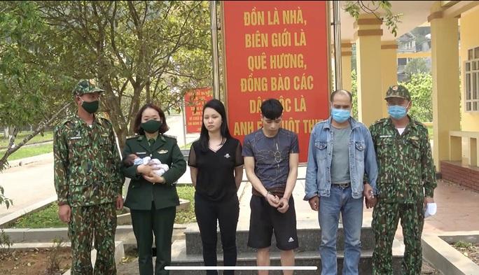 Giải cứu 1 trẻ sơ sinh trên đường bị bán sang Trung Quốc - Ảnh 1.