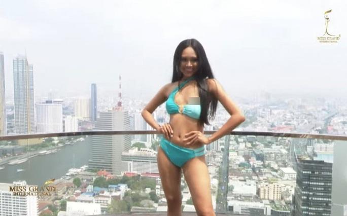 Người đẹp Myanmar lộ ngực khi thi trình diễn áo tắm - Ảnh 1.