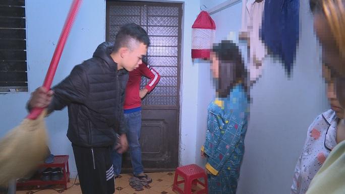 Giải cứu 3 cô gái phục vụ quán karaoke bị nhốt trong phòng trọ đánh đập - Ảnh 1.