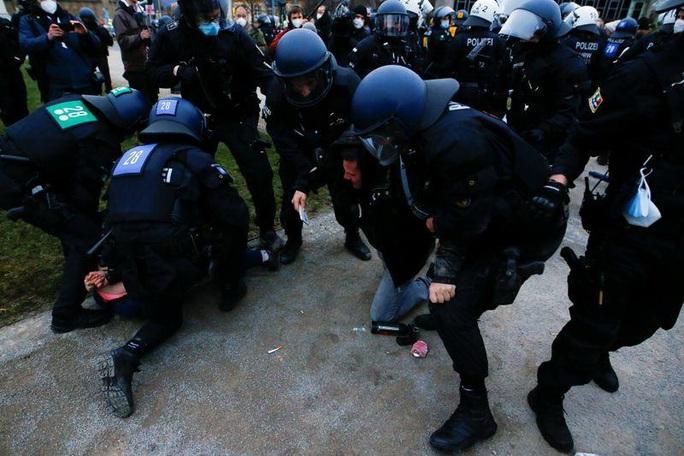 Covid-19: Hoảng với cảnh biểu tình phản đối phong tỏa ở Đức, Anh - Ảnh 5.