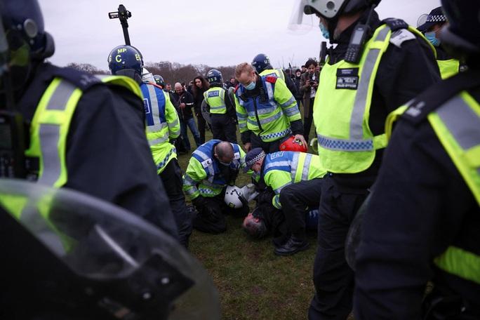Covid-19: Hoảng với cảnh biểu tình phản đối phong tỏa ở Đức, Anh - Ảnh 3.