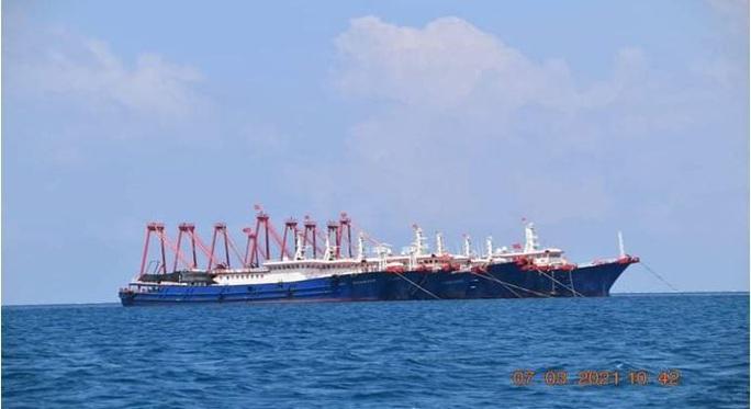 Hơn 200 tàu Trung Quốc dồn về một nơi trên biển Đông - Ảnh 1.