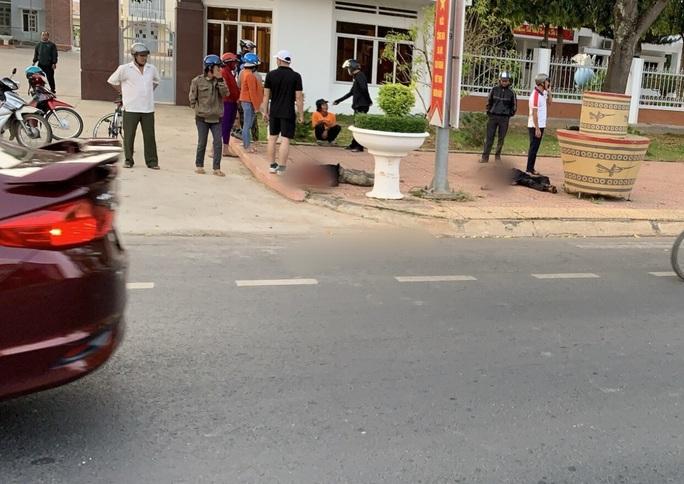 Một người chết, 1 người bị thương trước cổng UBND huyện - Ảnh 1.