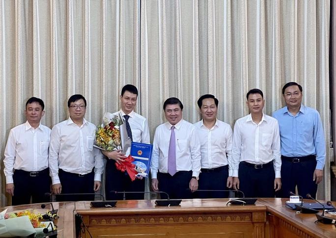 Chủ tịch UBND TP HCM  trao quyết định điều động, bổ nhiệm 3 nhân sự lãnh đạo - Ảnh 4.