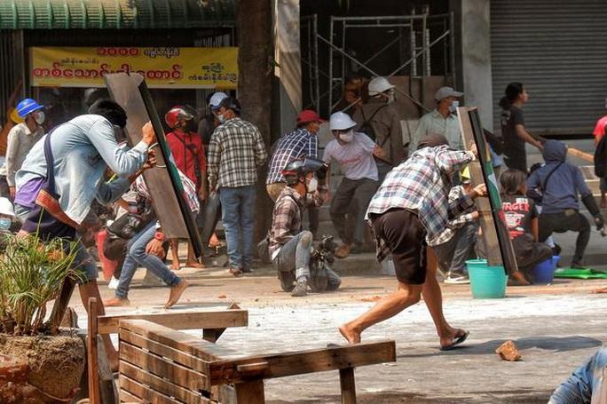Cảnh sát Myanmar nổ súng vào đám đông biểu tình, 9 người chết - Ảnh 2.