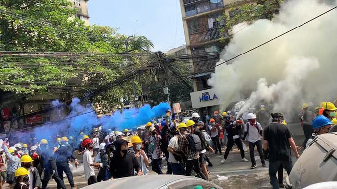 Cảnh sát Myanmar nổ súng vào đám đông biểu tình, 9 người chết - Ảnh 3.