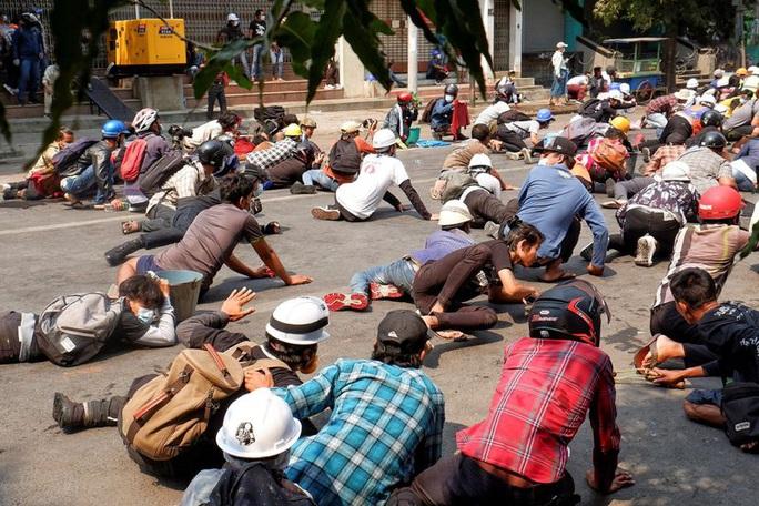 Cảnh sát Myanmar nổ súng vào đám đông biểu tình, 9 người chết - Ảnh 1.
