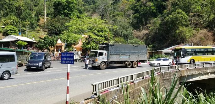 CLIP: Container lại rơi xuống vực tại khúc cua tử thần trên đèo Bảo Lộc - Ảnh 4.