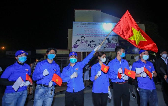 """CLIP: Người dân cầm cờ hô vang """"Hải Dương chiến thắng"""" trong đêm dỡ lệnh phong toả - Ảnh 8."""