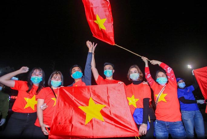 """CLIP: Người dân cầm cờ hô vang """"Hải Dương chiến thắng"""" trong đêm dỡ lệnh phong toả - Ảnh 13."""