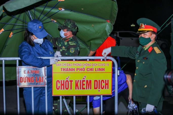 """CLIP: Người dân cầm cờ hô vang """"Hải Dương chiến thắng"""" trong đêm dỡ lệnh phong toả - Ảnh 11."""