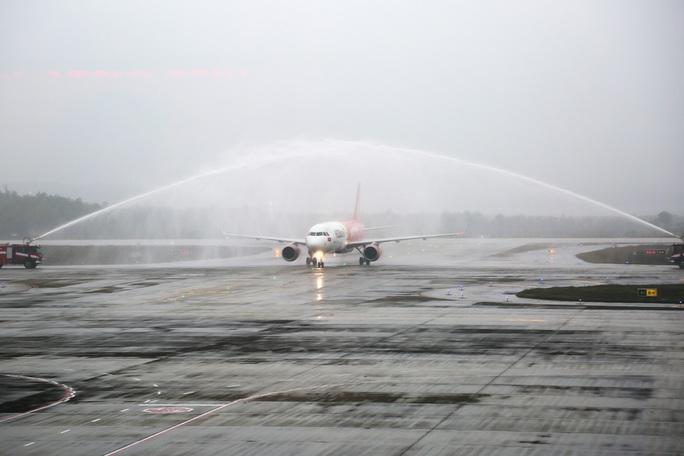 Nghi thức đặc biệt đón chào những hành khách đầu tiên từ TP HCM tới sân bay Vân Đồn - Ảnh 3.