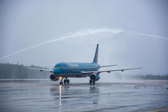 Nghi thức đặc biệt đón chào những hành khách đầu tiên từ TP HCM tới sân bay Vân Đồn - Ảnh 4.