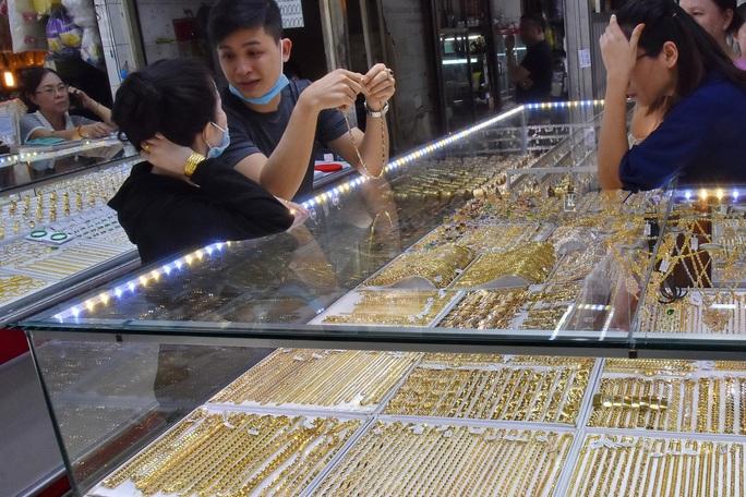 Giá vàng hôm nay 3-3: Tăng mạnh bất chấp các quỹ đầu tư bán 11,4 tấn vàng - Ảnh 1.