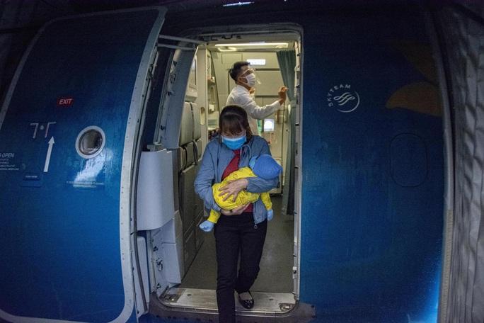Nghi thức đặc biệt đón chào những hành khách đầu tiên từ TP HCM tới sân bay Vân Đồn - Ảnh 6.