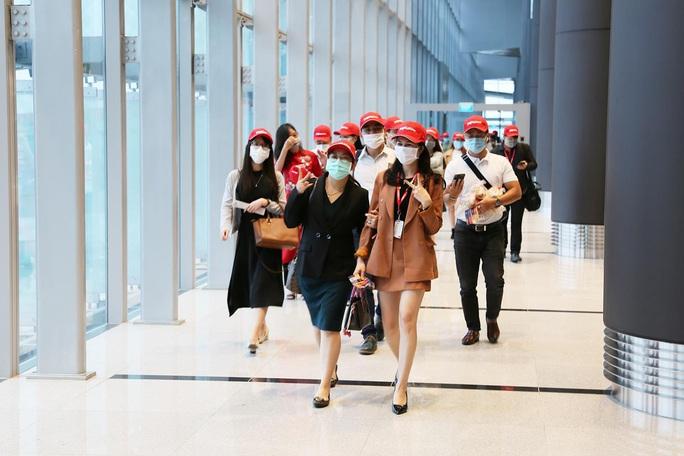 Nghi thức đặc biệt đón chào những hành khách đầu tiên từ TP HCM tới sân bay Vân Đồn - Ảnh 5.