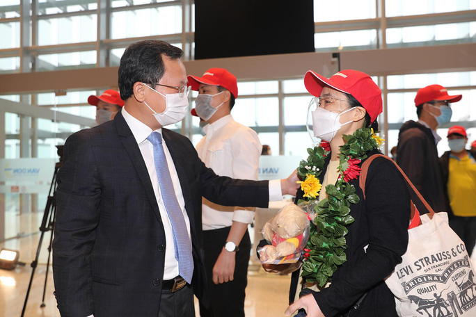 Nghi thức đặc biệt đón chào những hành khách đầu tiên từ TP HCM tới sân bay Vân Đồn - Ảnh 8.