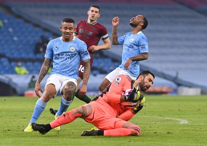 Bùng nổ trước Wolverhampton, Man City nối dài kỷ lục toàn thắng - Ảnh 1.